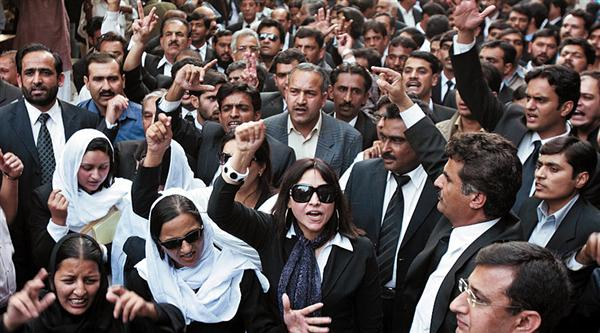 pakistani lawyers rally for the return of law