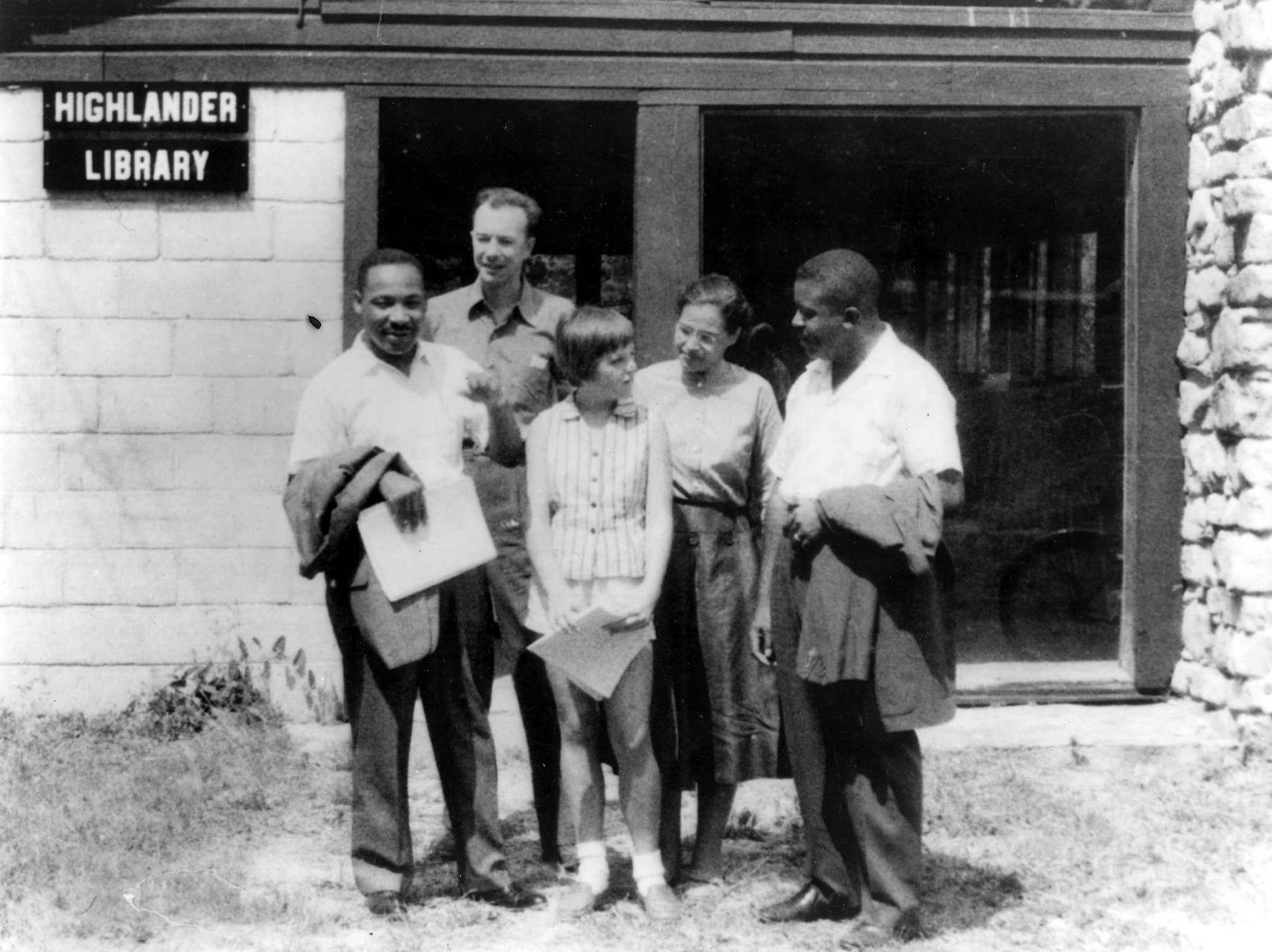 Dr. Martin Luther King Jr, Pete Seeger, Charis Horton, Rosa Parks, and Ralph Abernathy at Highlander Center in 1957.